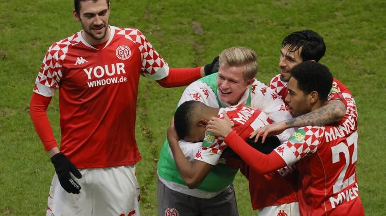 Die Erleichterung ist gross in Mainz, das nach zehn sieglosen Pflichtspielen erstmals wieder drei Punkte einfährt. (EPA)