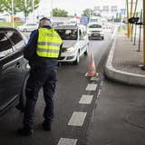 Ein Grenzwächter am Autobahn-Zoll Kreuzlingen-Konstanz, als die Grenzen im Juni 2020 wieder geöffnet wurden. (Gian Ehrenzeller / Keystone)