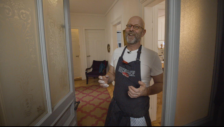 Gastronom und «SwissDinner»-Juror Erik Haemmerli schwingt in der Jubiläumsausgabe selbst den Kochlöffel. (Screenshot: CH Media Swiss Dinner)