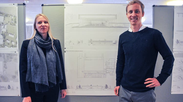 Die Architekten Marcia und Mirko Akermann vor den Plänen ihres Siegerprojektes «Diaphane»; eine rundum verglaste Dreifachsporthalle aus Holz. ((Bild: Olaf Kühne, 28. September 2018))