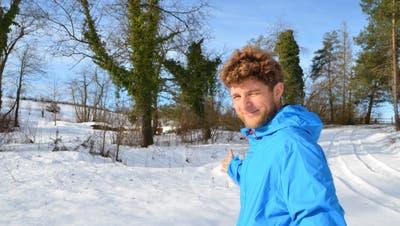 Tobias Schmid, Projektleiter beim Amt für Raumplanung,zeigt auf das noch verschneite Gelände im Eschenzer Amphibienschutzgebiet. (Bild: Margrith Pfister-Kübler)