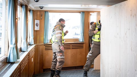 Zivilschützer bauen auf der MS Thurgau Trennwände für einen Impfbetrieb ein. (Bild: Kevin Roth)