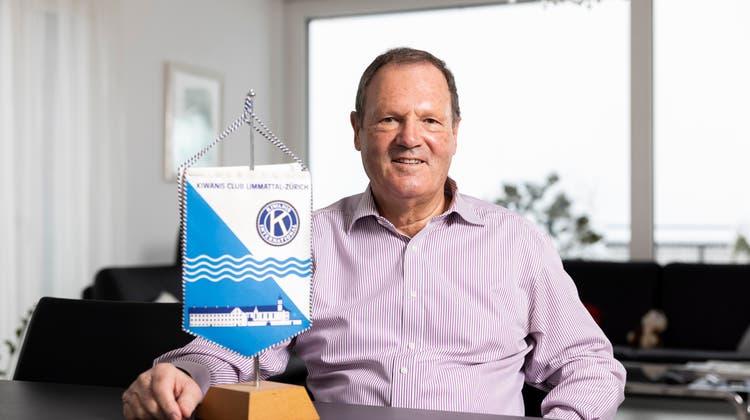 Auch bei Urs Schmid zu Hause ist sein Engagement für den Kiwanis Club Limmattal-Zürich präsent. (Severin Bigler / ©)