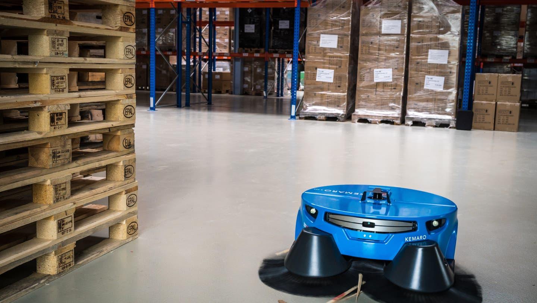 Der Reinigungsroboter im Einsatz in einer Lagerhalle. (PD)