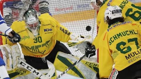 Unter Druck: Thurgaus Goalie Nicola Aeberhard stand immer wieder im Mittelpunkt des Geschehens. (Mario Gaccioli (Zug, 16. Januar 2021))