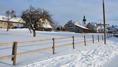 Auf diesem Gelände in unmittelbarer Nachbarschaft zum Schulhaus Sonnenhof soll die Mehrzweckhalle gebaut werden. (Bild: Beat Lanzendorfer)