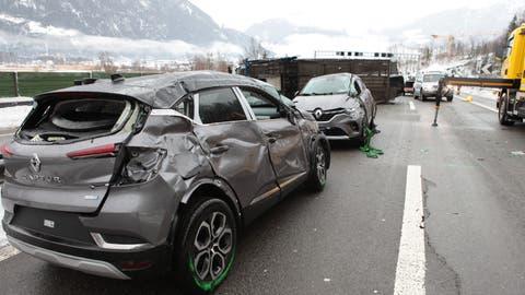 Auf der A2 vor dem Seelisbergtunnel in Seedorf ist ein Auto-Transporter verunfallt. Für die Bergung war ein grosses Aufgebot an Pannenhilfe, Feuerwehr und Polizei vor Ort (Bild: Florian Arnold/ «Urner Zeitung»)