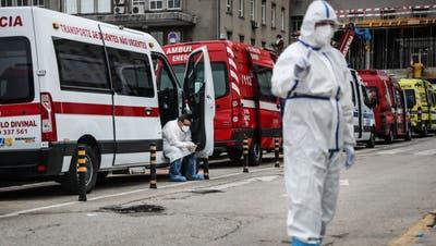 Krankenwagen-Stau vor demLissabonerSpital Santa María: Die Lage in Portugal ist ausser Kontrolle geraten. (Mario Cruz / EPA)