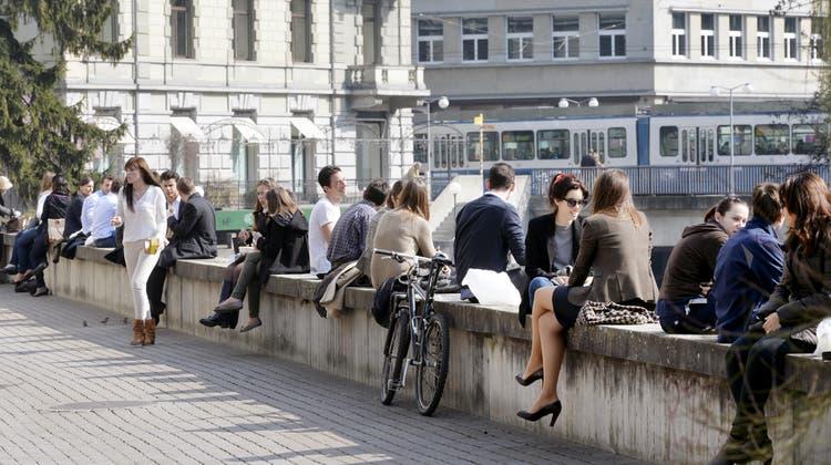Zieht die Menschen noch immer an: Stadtleben in Vor-Coronazeiten. (Walter Bieri / KEYSTONE)