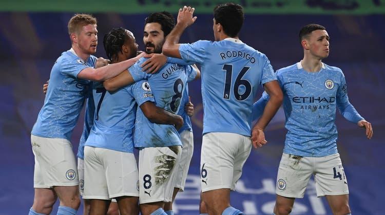 Die Spieler von Manchester City bejubeln den ersten Treffer der Partie durch Ilkay Gündogan. (EPA)