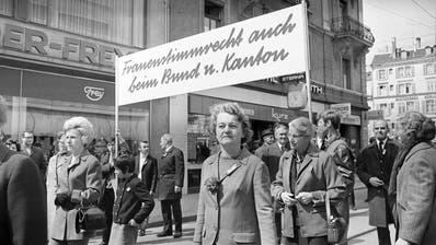 Frauen gehen Anfang der 1970er-Jahre für ihre politischen Rechte auf die Strasse. (Bild: Keystone(Zürich, 1. Mai 1970))