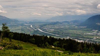 Der Grenzfluss zwischen dem Liechtenstein und dem Werdenberg: die geplante Rheindammsanierungen geben zu reden. (Bild: Heini Schwendener)