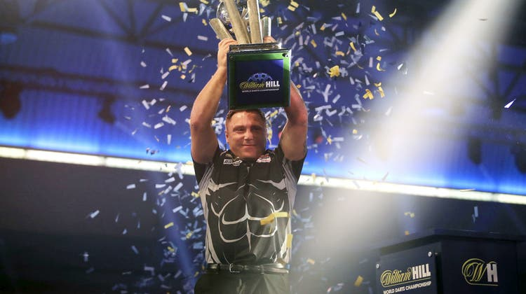 Gerwyn Price mit der Trophäe am Sonntagabend in London. (Adam Davy/Keystone)
