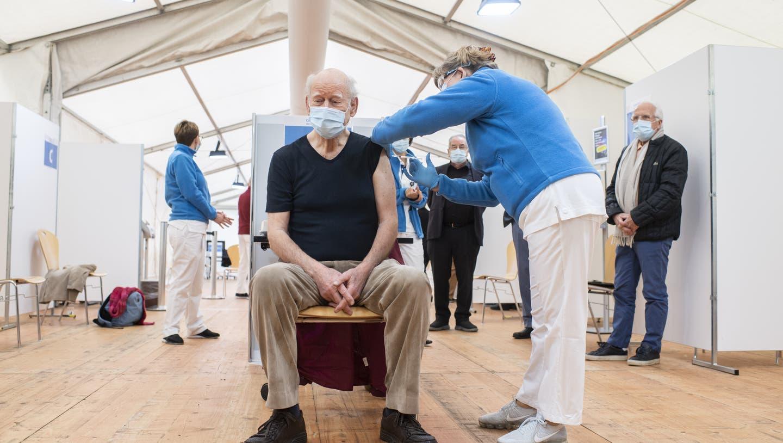 Schriftsteller und Kabarettist Franz Hohler liess sich öffentlichkeitswirksam gegen das Coronavirus impfen. (Keystone)