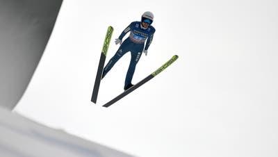 Simon Ammann hatte mit seiner durchschnittlichen Wertung Glück, dass gleich mehrere Skispringer disqualifiziert wurden. (Keystone)