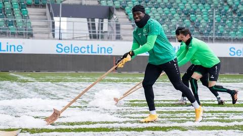 Gute Laune trotz Schnee: St.Gallens Torhüter Lawrence Ati Zigi. (Claudio Thoma / freshfocus)