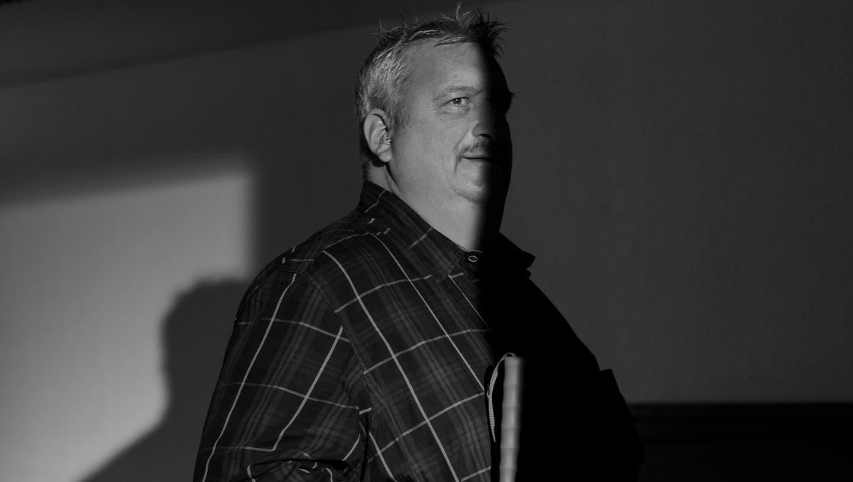 """Portrait von Herr Buser im Atelier für Sehbehinderte des Schweizerischen Blinden- und Sehbehindertenverbands n Horw. Fotografiert für die Portrait-Serie """"wie es ist..""""am 16.12.2020 von Dominik Wunderli (Dominik Wunderli (horw, 16.12.2020))"""