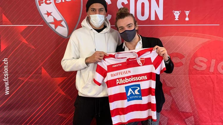 CoronaformesPosieren mit dem neuen Trikot: Léo Lacroix (links) und Sion-Sportchef Barthélémy Constantin. (zvg/FC Sion)