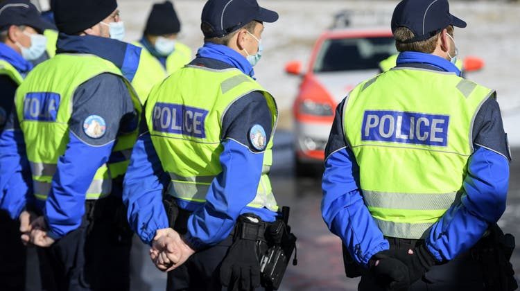 Was darf die Polizei und was nicht? Das ist der Knackpunkt beim geplanten Anti-Terrorgesetz. (Keystone)