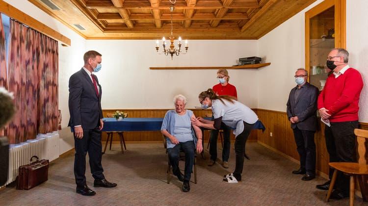 Erste Aargauerin gegen Corona geimpft – das sagt Jean-Pierre Gallati zum weiteren Vorgehen