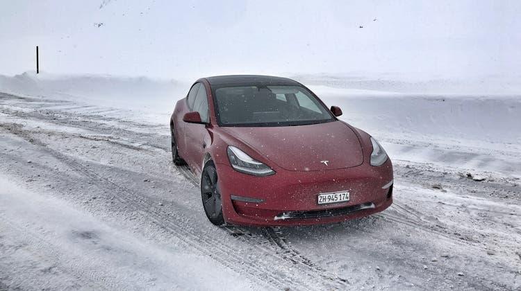 Dank Allradantrieb und gut funktionierender Heizung über die Wärmepumpe ist das Tesla Model3 der neuesten Generation uneingeschränkt Wintertauglich. (Bild: pae)