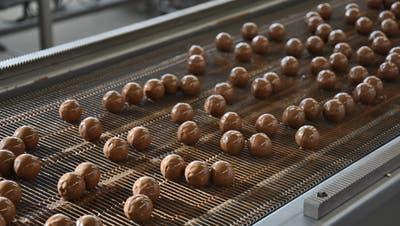 Seit 1961 produziert Sprüngli in Dietikon. 60 Jahre später hat die Traditionsfirma nun einen Schoggi-Outlet direkt neben seiner Schoggi-Manufaktur eröffnet. Dort gibt es unter anderem frische Pralinés.