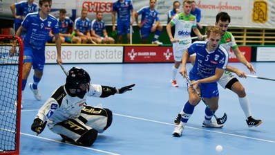 Der Zuger Silvan Maurer (rechts) verteidigt sich hier gegen einen Spieler von Waldkirch-St. Gallen. (Stefan Kaiser, Zug 03. Oktober 2020)