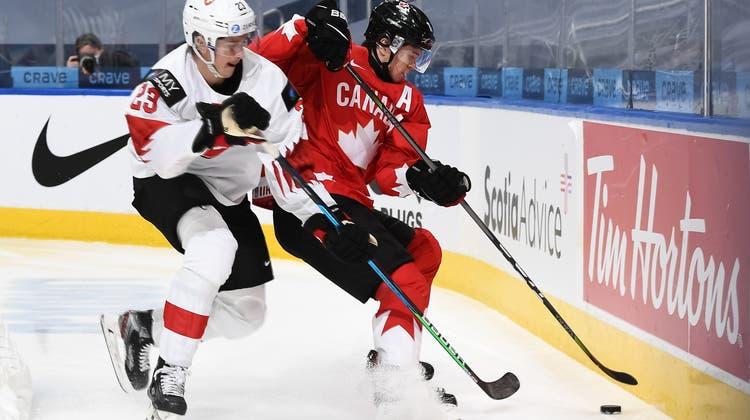 Die Kanadier (hierConnor McMichael im Zweikampf mit dem SchweizerCedric Fiedler) hatten gegen die USA das Nachsehen. (freshfocus)