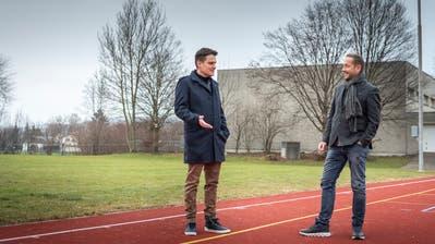 Peter Lenz und Markus Mettler vor der alten Birkenweg-Turnhalle in Sirnach. Aus ihrer Sicht ist das Projekt für eine neue Dreifachturnhalle viel zu teuer. (Bild: Andrea Stalder)