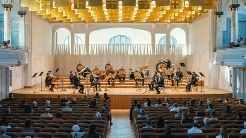 Kurz nach dem Lockdown, im Juni 2020, konnte das Publikum in der Tonhalle St.Gallen ein Konzert im Rahmen der «Parkspiele» zwar mit Abstand, aber noch ohne Schutzmaske geniessen. (Bild: Nik Roth)