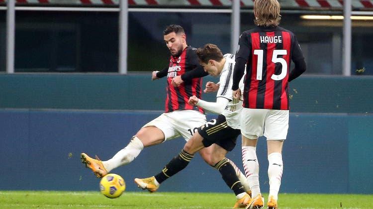 Federico Chiesa darf sich als Doppeltorschütze feiern lassen. Der italienische Nati-Spieler ist der auffälligste Mann im Spitzenspiel gegen Milan. (Keystone)