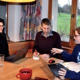 Lea, Kornel und Sina Durot besprechen am heimischen Tisch die Finanzierung des Kartenspiel-Projekts. (Bild: PD)
