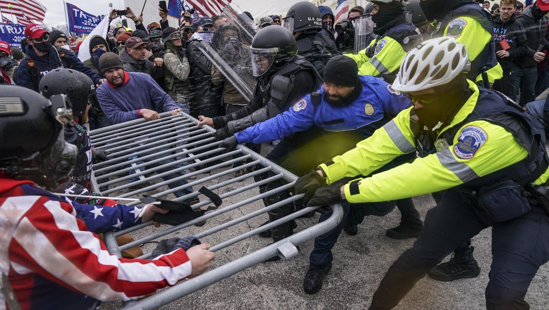 Trump-Anhänger gegen Polizisten: Die Sicherheitskräfte waren am Mittwoch mit den Aufrührern heillos überfordert. (John Minchillo / AP)