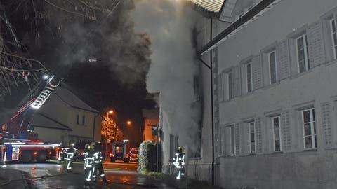 Aus dem Fenster der Wohnung steigt Rauch auf. (Bilder: Luzerner Polizei (Rickenbach, 7. Januar 2021))