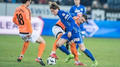 Zweikampfstark und technisch gut beschlagen:Hekuran Kryeziu(im FCL-Dress) gegen Lausannes Enzo Zidane und Andrea Maccoppi (Nr. 18). (Bild: Boris Bürgisser (Luzern, 3. Februar 2018))
