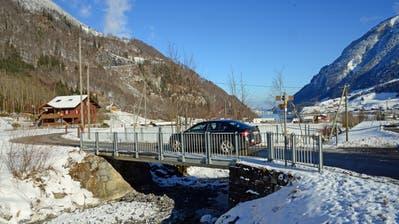 Im Rahmen des Laui-Hochwasserschutzprojekts in Lungern wird die bestehende Gehrenbrückedurch eine neue, breitere Brücke ersetzt. (Bild: Robert Hess (Lungern, 7. Januar 2021))