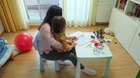 Katharina Huber (Name geändert) mit ihrer Tochter beim Unterricht im Wohnzimmer. (Privat)