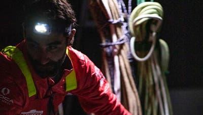 Alan Roura bei der Reparatur seines Kielschadens. (La Fabrique)