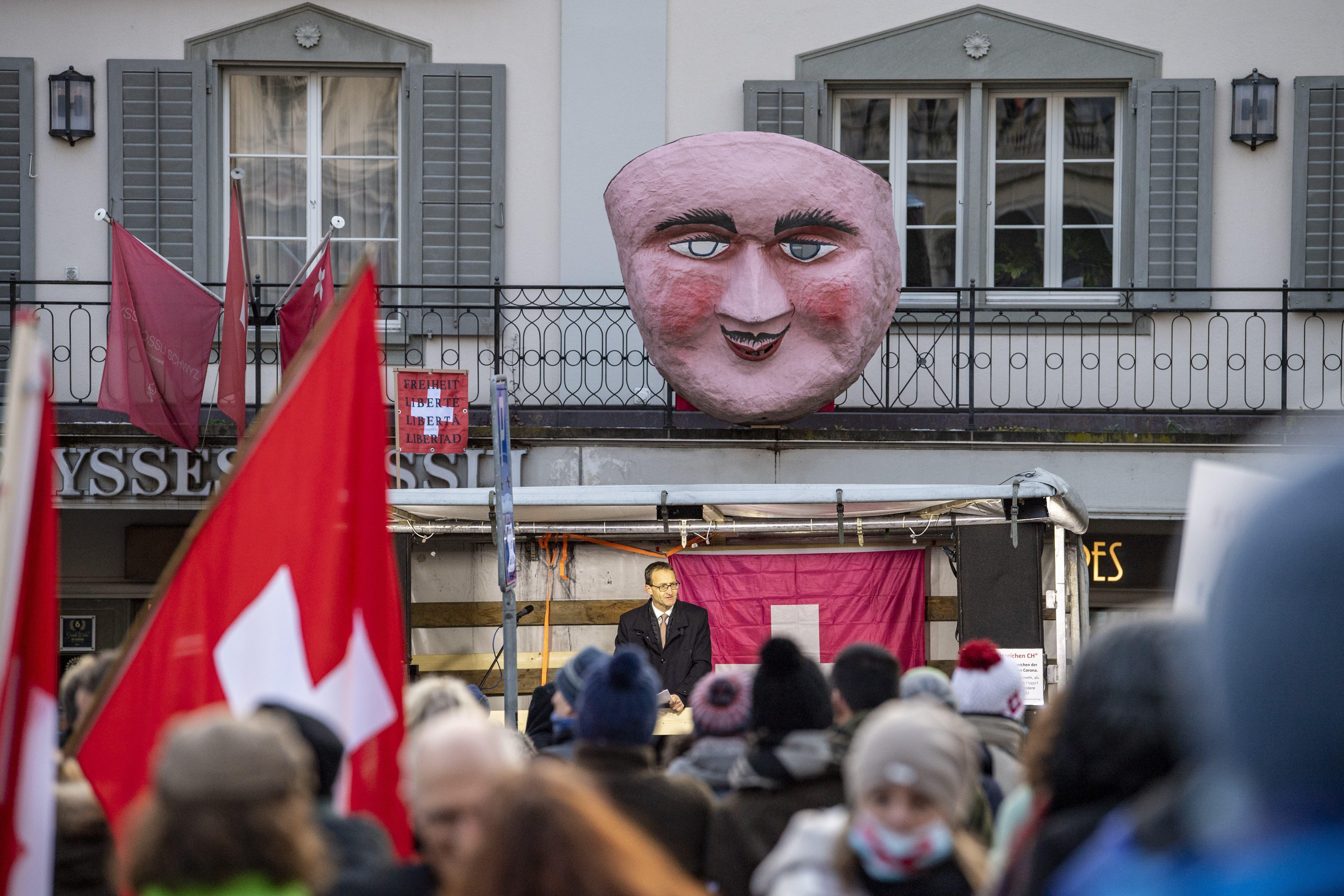 Der Schwyzer Alt Regierungsrat Rene Bünter spricht anlässlich einer Kundgebung des «Aktionsbündnis Urkantone für eine vernünftige Corona-Politik» auf dem Hauptplatz in Schwyz.