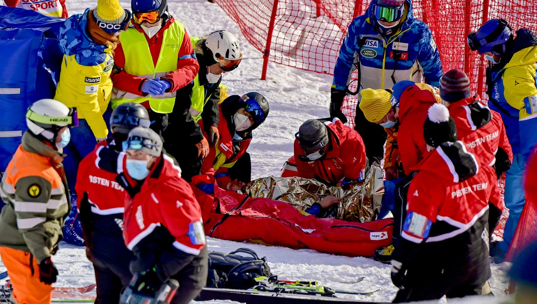Tommy Ford stürzt kurz vor der Ziellinie schwer und muss mit der REGA ins Spital geflogen werden. (Bild : KEYSTONE)