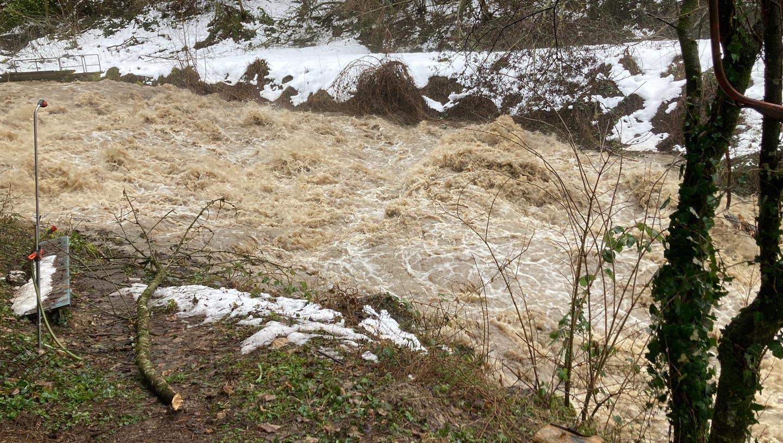 Die Surb führt in diesen Tagen viel Wasser. Der Stand wird genau kontrolliert. (Angelo Zambelli / Aargauer Zeitung)
