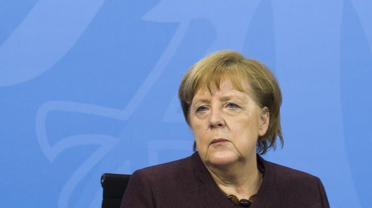 Hat strenge Regeln für Lockerungen festgelegt: Kanzlerin Angela Merkel am Mittwochabend vor der Presse in Berlin. (Markus Schreiber / AP)