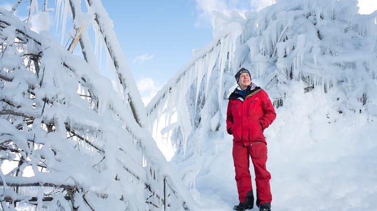 Glaziologe Felix Keller vor einer« Ice-Stupa», die Wasser als Eis speichert. (Mayk Wendt)