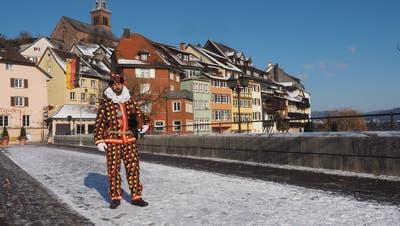 David Giess, Zunftmeister von Laufenburg, steht am drittenFaissenganz allein auf derLaufenbrücke. (Hans Christof Wagner)