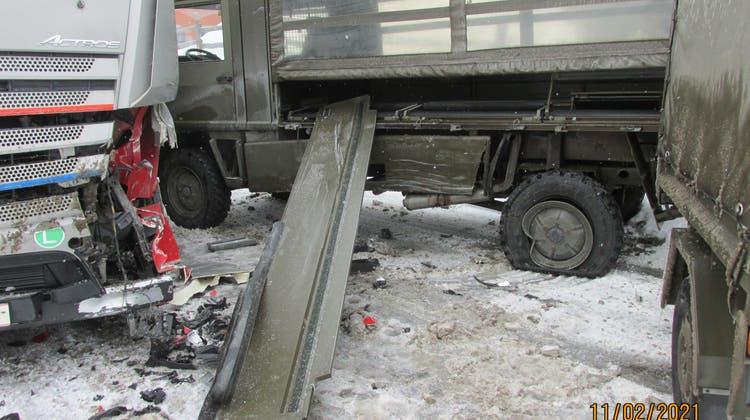 Ineinander verkeilt: Nach der Kollision musste die Strasse vorübergehend gesperrt werden. (Kapo GL)