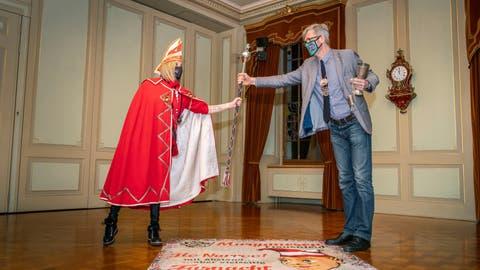 Obernärrin Antonella I. nimmt von Stadtpräsident Anders Stokholm im Rathaus die Insignien der Macht entgegen. (Bild: Andrea Stalder)