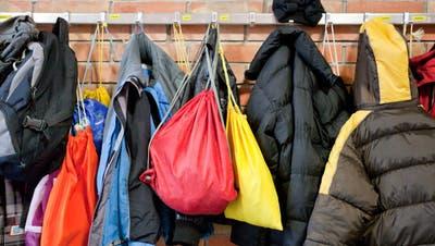 In Garderoben, wie hier auf unserem Symbolbild, gibt es immer was zu holen, wenn meistens auch nicht viel. (Foto: Benjamin Manser)