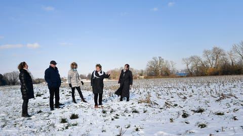 Claudia Hofstatt, Klaus Frei, Margrit Klein, Claire Traub und Ursula Frei auf der verschneiten Wiese, wo das Rekadorf gebaut werden soll. (Bild: Donato Caspari)