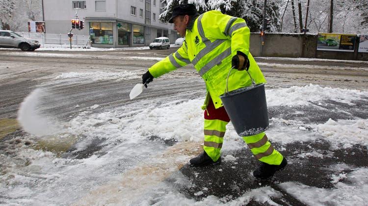 Die Nachfrage nach Auftausalz stieg im Januar 2021 stark an wegen der Schneefälle. (Archivbild) (Keystone)