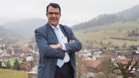 Roger Fricker, Gemeindeammann von Oberhof, im Hintergrund das Dorf. (Bild: Thomas Wehrli / 13. Februar 2017)
